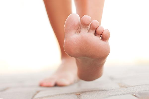 op blote voeten lopen is gezond - misvattingen over schoenen